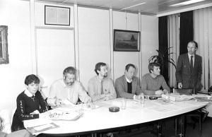 Jaap Kruithof in 1985 op de persconferentie waar hij zijn onvergetelijke steunverklaring voor GVHV aflegde. Links van hem de professoren Lise Thiry (ULB) en Lode Van Outryve (KUL) en, rechtstaand, prof. Jean-Jacques Amy (VUB). (Foto Belga, Dokter vh V, p. 200)