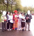 Naziha en haar vriendinnen vroegen om een foto te maken van hen met onze clown.