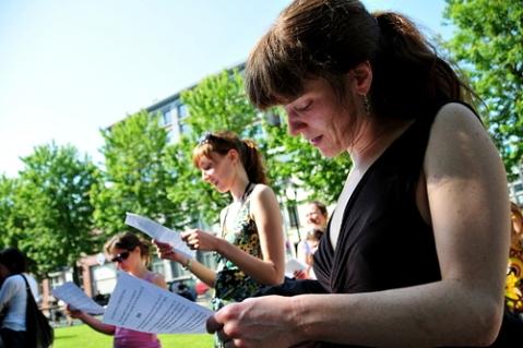 Jonge en oudere lezers lezen de laatste (?) DM-column van Bernard Dewulf (Foto Indymedia)