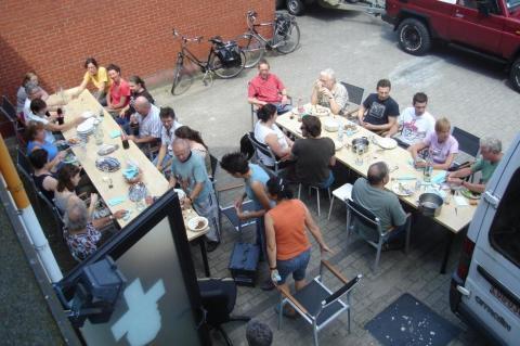 Vrijdag 26/6: een laatste keer eten op de parking van de oude praktijk