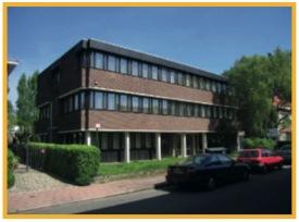 Dit kantoorgebouw, in 1982 ontworpen door de modernistische architect Georges Baines, werd in enkel maanden omgetoverd tot een ultramoderne grote groepspraktijk.
