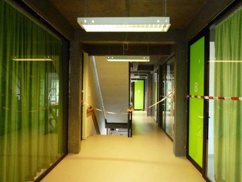 Gedeeltelijk zicht op de gang van de eerste verdieping waar 10 raadplegings- of verplegingskabinetten op uitgeven.