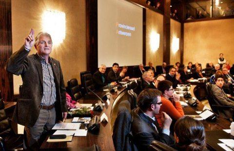 In deze zaal waar ik op 7 december de eed aflegde (foto GVA) analyseerde ik namens de PVDA+ het bestuursakkoord van het nieuwe provinciebestuur (N-VA, CD&V en sp.a).