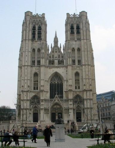 Naast de kathedraal van St. Michiels en St. Goedele in Brussel dienen drie provincies en het Hoofdstedelijk Gewest ook bij te dragen voor een bijkomende residentie van de aartsbisschop in Brussel.