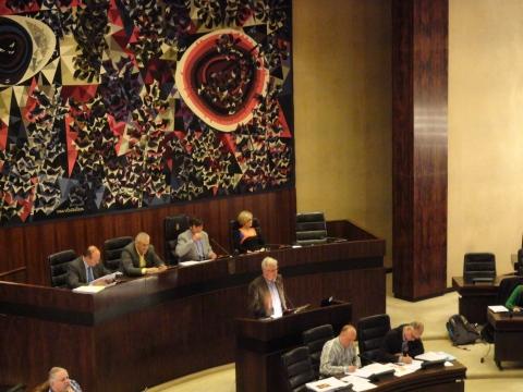 Aan de voorzitterstafel, naast de provinciegriffier (links): Ronny Cuyt (sp.a, ondervoorzitter van de provincieraad), Kris Geysen (N-VA, voorzitter) en Lilly Stevens (CD&V, ondervoorzitter). De meerderheidspartijen willen harde oppositie bemoeilijken.