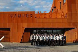 Campus Vesta, een provinciaal initiatief waar politie, brandweer en hulpdiensten worden opgeleid. Veel van de gastdocenten werken er in bijjob. Toch slaan de 7,5 procent verlaging en de niet-indexering van hun lonen een bres in belangrijke sociale verworvenheden. Een gevaarlijk precedent.