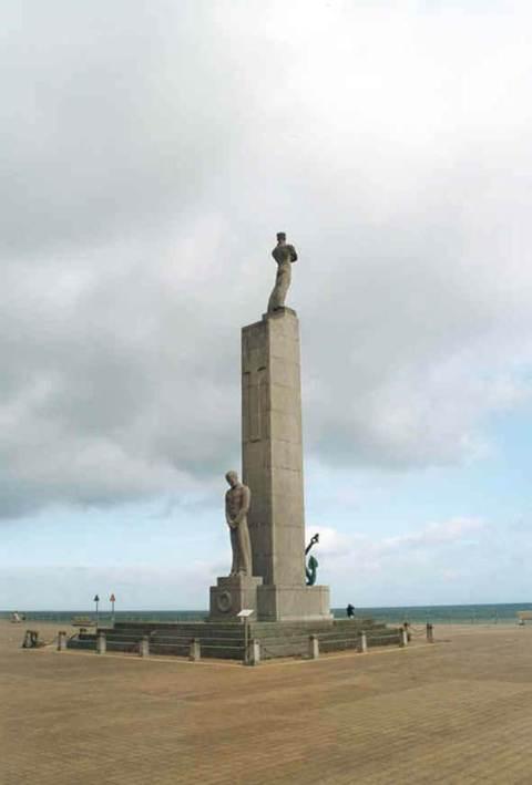 Het standbeeld van Willy Kreitz (1951) op het Zeeheldenplein in harmonie met omgeving en geschiedenis.