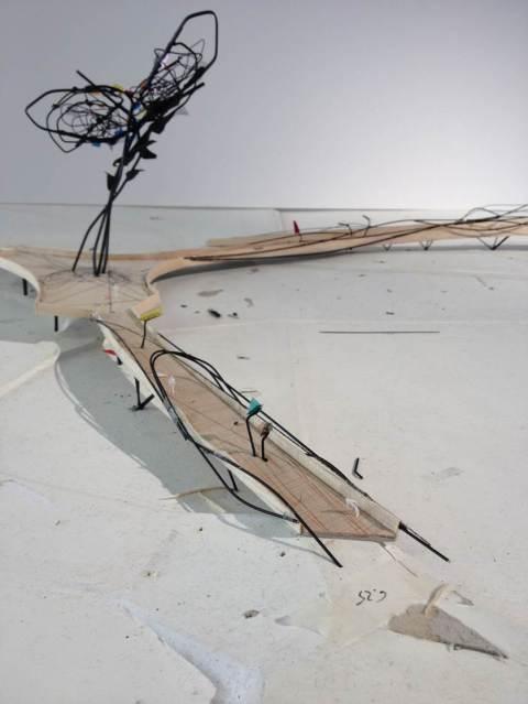 Maquette van de brug  met centraal het kunstwerk 'Natural chaos'. Ook een veilige fietsbrug?
