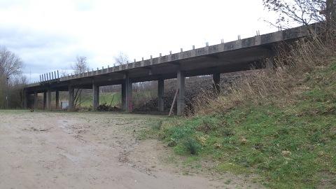 De huidige 60 jaar oude betonnen brug, overblijfsel van de steenbakkerijactiviteit,is niet nodig voor circulatie op het terrein.