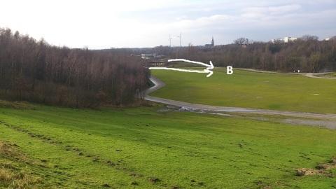 Zicht op de Deltaweide van boven op de kleiputranden. Achteraan links in het Zuiden de minuscule brug die men zou 'moeten' vervangen.
