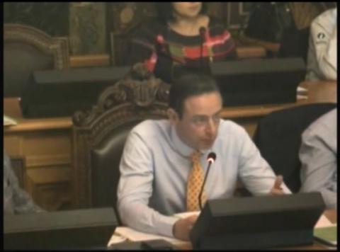 Screenshot van de video (zie link hierboven) van de gemeenteraad waarin BDW loog dat hij nog geen antwoord had over het al dan  niet gevaarlijk zijn van De Koepel.