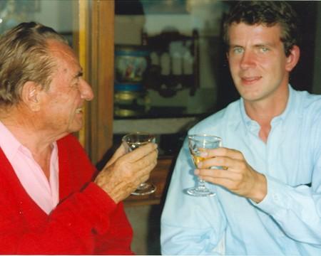 Koen Dillen, van 1991 tot 2010 voorzitter van de Vlaams-Nationale Debatklub waarvan ook Jambon en Dewever bestuurslid waren, klinkt op deze foto op de gezondheid van de Waalse fascist en leider van REX, Léon Degrelle. Foto genomen in het Spaanse ballingsoord waar Degrelle tot aan zijn dood verbleef.
