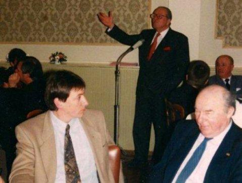 Jan Jambon tijdens een spreekbeurt van Jean-Marie Le Pen voor de extreemrechtse Vlaams-Nationale Debatklub in Antwerpen (1996). Niet zo maar gewoon als toehoorder...