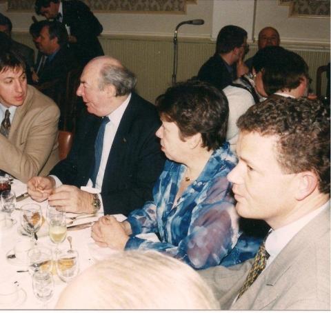 Jambon was geen gewone toehoorder op de conferentie van Le Pen in april 1996 maar lid van het bestuur dat de Franse fascist uitnodigde. Daarom zit Jambon hier aan de eretafel  met VB-voorzitter Frank Van Hecke.