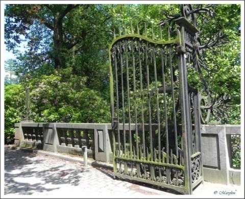 De hekken van de prachtige 'waterburcht' Pulhof zijn voortaan gesloten voor het publiek.