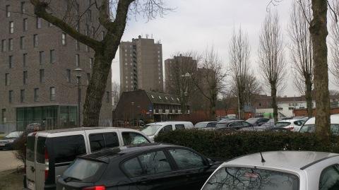 Met 400 sociale huurwoningen zonder garage (rechts) en 109 nieuwe privé-appartementen is er nu, ook 's avonds, al geen plaats meer op de parking.