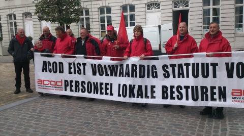Op 21 oktober manifesteerden vakbondsmilitanten van het provincie- en gemeentepersoneel aan het ambtsgebouw van Geert Bourgeois. Nicole Naert en ik waren er bij.